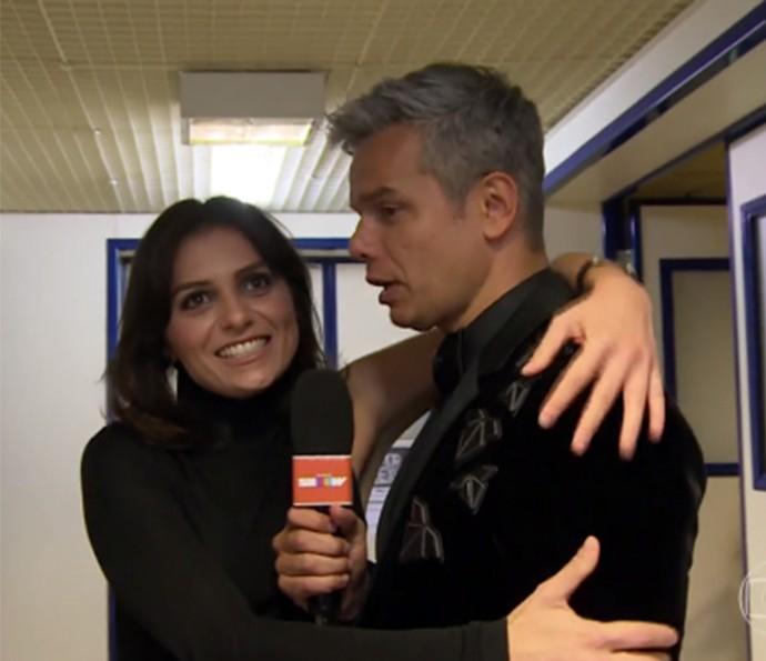 Monica Iozzi e Otaviano Costa se reencontram nos bastidores e matam a saudade (Foto: Tv Globo)