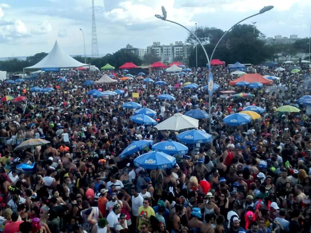 Foliões durante desfile do bloco Babydoll de Nylon, em Brasília (Foto: Bárbara Lins/TV Globo)