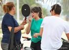 Agatha Moreira retoca o batom nos intervalos das gravações na companhia de Sacha Bali (Foto: Pedro Curi/ TV Globo)