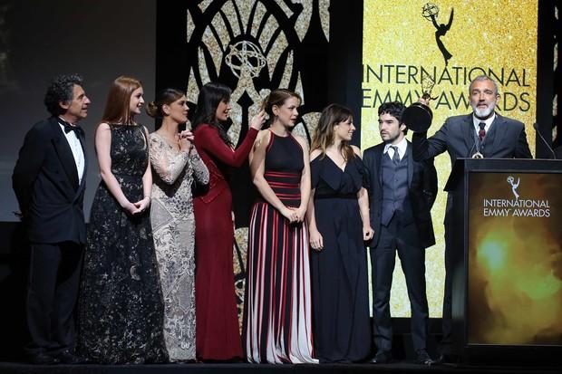 O diretor Rogério Gomes festeja o Emmy para Império com parte do elenco  (Foto: Globo/ Luiz C. Ribeiro)