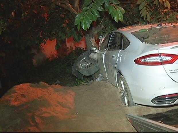 Carro bateu em uma árvore, depois de atropelar as vítimas.  (Foto: reprodução\InterTV dos Vales)