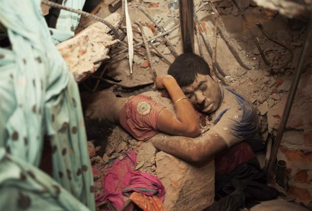 Foto tirada por ativista mostra casal que morreu abraçado em prédio que desabou em Bangladesh (Foto: Taslima Akhter)