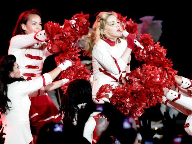 Madonna durante a música Give me all your luvin (Foto: Francisco Cepeda/Divulgação/AgNews)