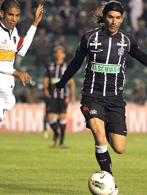 Leonardo Silva e Loco abreu, Figueirense x Atl&#233;tico-MG (Foto: Rubens Flores / Ag&#234;ncia Estado)