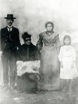 Foto mostra Padre Victor em Três Pontas; ainda se desconhece quem seria a família ao lado dele (Foto: Arquivo Secretaria de Cultura de Três Pontas)