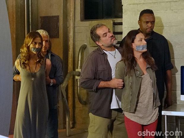 Tereza e Paulinha serão capturadas pelos capangas de LC (Foto: Além do Horizonte / TV Globo)