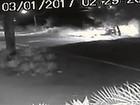 Motorista perde controle, roda na pista e bate em poste; veja vídeo