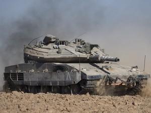 Tanque israelense se movimenta perto da fronteira entre Israel e Gaza nesta quinta-feira (17) (Foto: AFP Photo/Jack Guez)