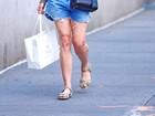 Demi Moore tenta esconder rosto após comprar cremes para pele