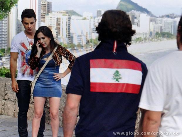 Carlito passa o celular a Valdirene, que quase não acredita... (Foto: Amor à Vida / TV Globo)
