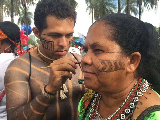 Indígenas pintam rosto durante ato contra o impeachment da presidente Dilma Rousseff (Foto: Alexandre Bastos/G1)