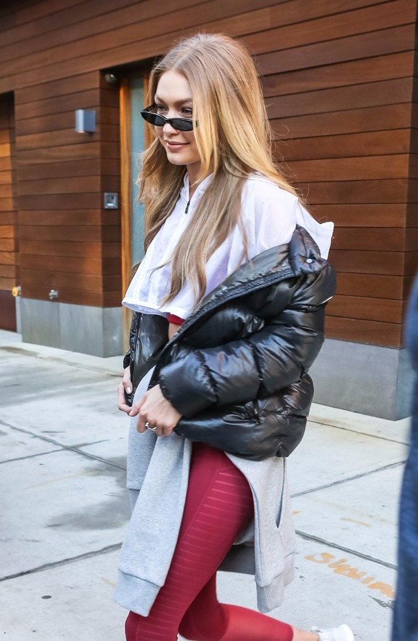 New York City, NY  - Busy model Gigi Hadid is spotted heading to a photo studio in New York City. The stunning star was showing off her toned abs during the outing.Pictured: Gigi HadidBACKGRID USA 14 DECEMBER 2017 USA: +1 310 798 9111 / usasal (Foto: BACKGRID)