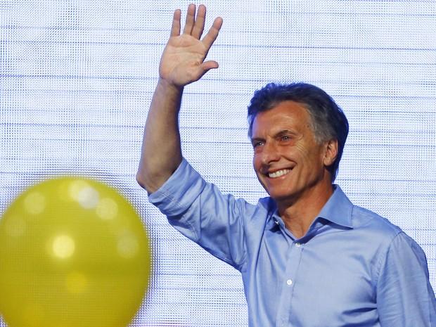 Mauricio Macri acena para os integrantes da coalizão Cambiemos na sede de sua campanha, em Buenos Aires, após ser eleito presidente da Argentina no domingo (22) (Foto: Reuters/Enrique Marcarian)