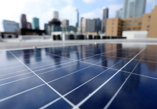Paineis de energia solar instalados no topo de edifício de apartamentos em Los Angeles, na Califórnia (Foto: Mike Blake/Reuters)