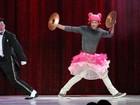 Malvino Salvador usa peruca e saia de bailarina em brincadeira no circo