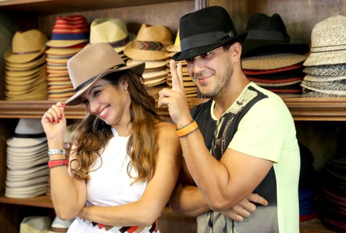 Patrícia e André se divertem experimentando chapéus (Foto: Leonardo Viso/Gshow)