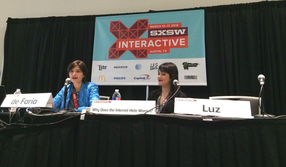 """Juliana de Faria e Amanda Luz no painel """"Por que a internet odeia as mulheres"""" (Foto: Arquivo Pessoal)"""