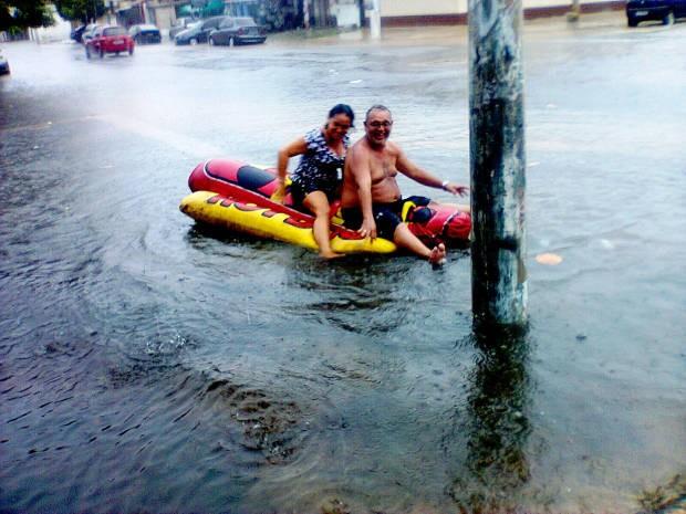 """Moradores brincam de """"banna boat"""" pelas ruas alagadas do Jurunas, em Belém. (Foto: Alex Maia/ Vc no G1)"""