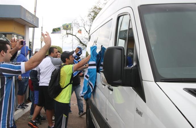 Van com Renato se desloca para a Arena (Foto: Eduardo Moura/GloboEsporte.com)