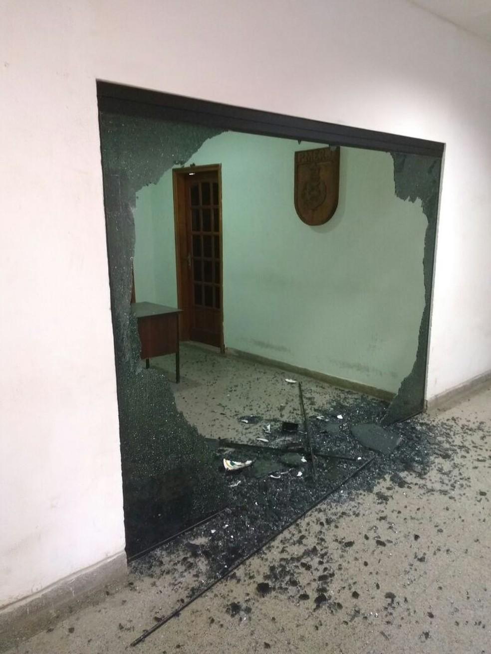Estilhaços ficaram espalhados após disparos (Foto: Enviado por WhatsApp)