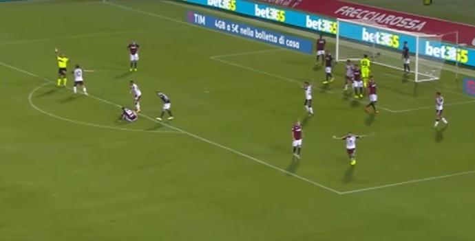 Jogadores do Torino reclamam muito de marcação de impedimento pelo árbitro na partida contra o Bologna