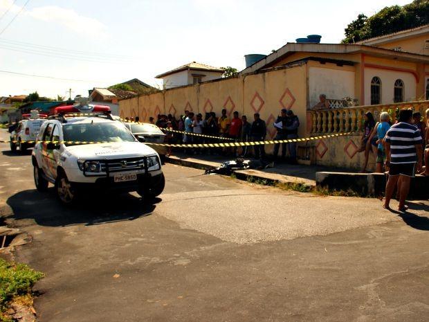O corpo foi deixado na Rua Joaquim Nunes (Foto: Jamile Alves/G1 AM)