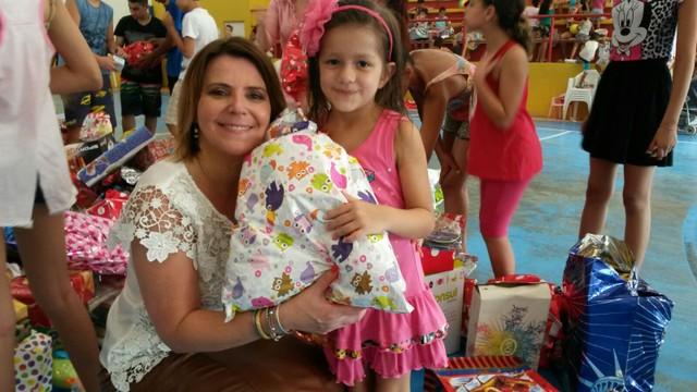 Crianças atendidas pela Fundação Padre Facchini receberam brinquedos  (Foto: RBS TV/Divulgação)