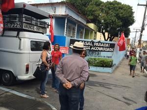 Funcionários estão em frente a sede da Casal, em Maceió (Foto: José Cícero/Arquivo Pessoal)