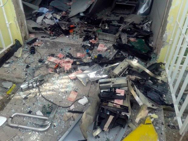 Cédulas ficaram espalhadas após explosão de caixa do BB em Serra Caiada, no RN (Foto: Francy Victor)