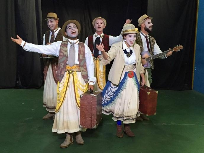 Grupo Imbuaça e o espetáculo A peleja de Leandro na trilha do cordel (Foto: Fernanda Pinheiro)