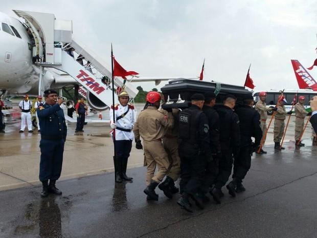 Corpo de Lucas Gomes é recebido no Aeroporto Internacional de Belém (Foto: GloboEsporte.com)