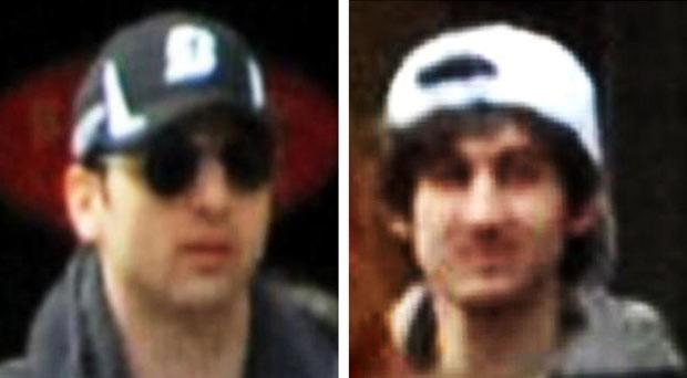 Imagem divulgada pelo FBI na quinta (18) mostra o suspeito do boné preto, morto nesta sexta em Watertown, e o suspeito do boné branco, que é procurado (Foto: Reuters)