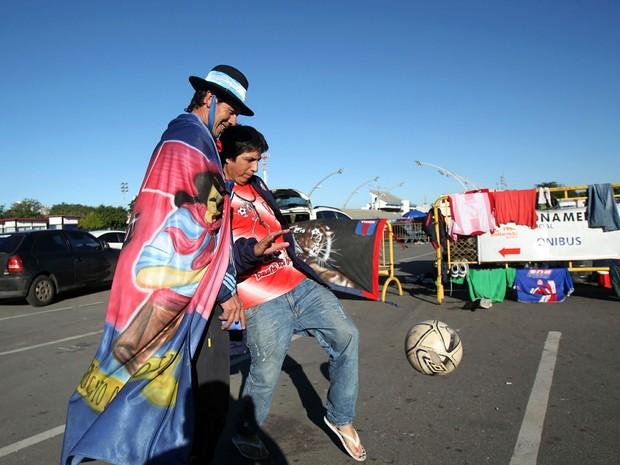 Torcedores argentinos com seus motorhomes acampam no estacionamento do Sambódromo do Anhembi, na zona norte de São Paulo, na manhã desta segunda-feira (30) (Foto: Werther Santana/ Estadão Conteúdo)