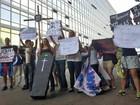 Em Brasília, alunos da Gama Filho fazem 'enterro' simbólico da educação