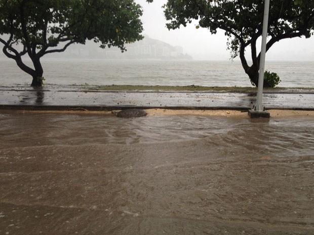 Avenida Borges de Medeiros, na Lagoa, ficou inundada durante o temporal (Foto: Renata Soares / G1)