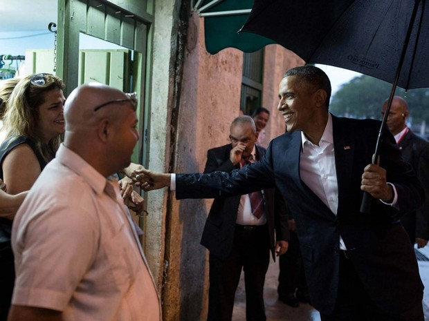 Barack Obama cumprimenta cubanos durante seu passeio pelo centro histórico de Havana neste domingo  (Foto: Pete Souza/ White House/ Facebook)