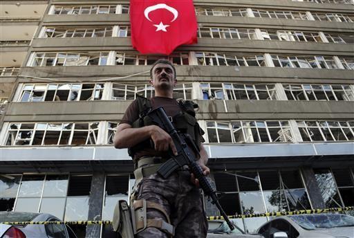 Policial das Forças Especiais patrulha base em Ancara atacada por aviões durante tentativa de golpe militar ocorrida na última sexta-feira (15) (Foto: ASSOCIATED PRESS/ AP)