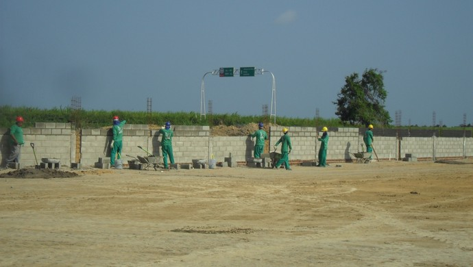 Construção do muro no Ninho do Galo (Foto: Denison Roma / GloboEsporte.com)