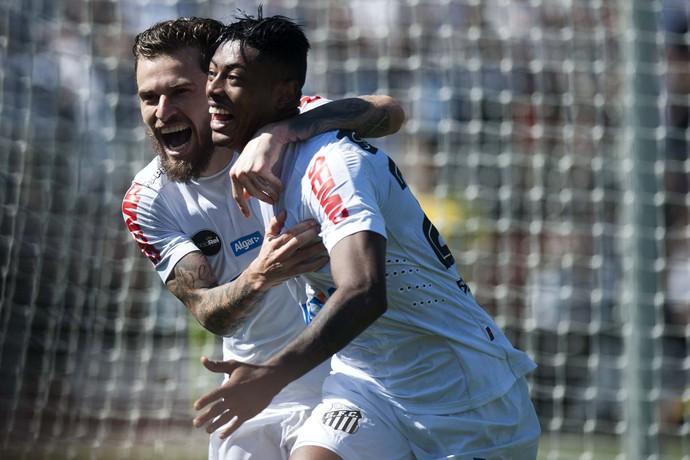 Lucas Lima abraça Bruno Henrique na comemoração do gol do Santos contra o Bahia (Foto: Ivan Storti/Santos FC)