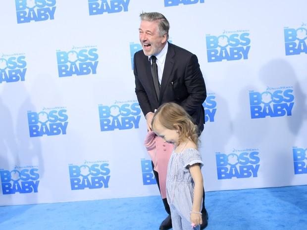Alec Baldwin com a filha Carmen Gabriela Baldwin em première de filme em Nova York, nos Estados Unidos (Foto: Mike Coppola/ Getty Images/ AFP)