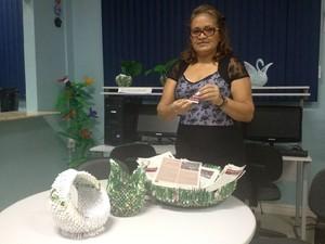 Rosa mostra que dobraduras também formam outros objetos (Foto: Fabiana Figueiredo/G1)
