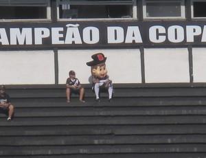 Mascote Vasco jogando videogame em São Januário (Foto: André Casado / Globoesporte.com)