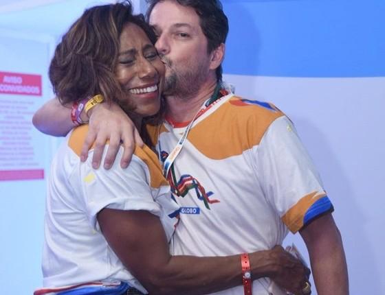 Marcelo Serrado se diverte ao lado de Gloria Maria (Foto: Renato Wrobel/Ed.Globo)