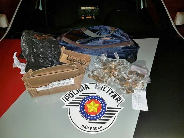Dinheiro foi localizado junto com suspeito em Registro (Foto: Divulgação/Polícia Militar)