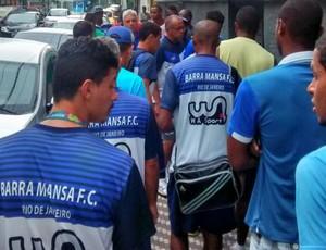 Jogadores fazem protesto na sede do clube (Foto: Divulgação)