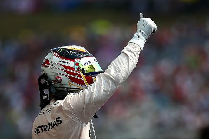 Lewis Hamilton acena para os fãs na Hungria após conquistar a pole position (Foto: Getty Images)