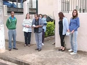 Moradores têm os comprovantes de pagamentos feitos à administradora (Foto: Reprodução / TV TEM)