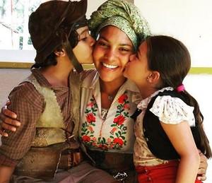 Barbara Reis posa entre os pequenos; a menina é Isabella Aguiar, intérprete de Tereza na infância (Foto: Arquivo Pessoal)