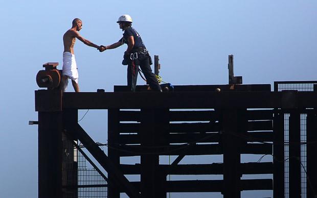 Homem nu precisou ser resgatado de ponte levadiça em Fort Lauderdale (Foto: hael Clary/South Florida Sun-Sentinel/AP)