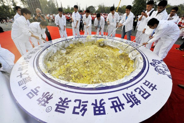 Por recorde, cozinheiros prepararam tigela gigante de arroz frito (Foto: Reuters)